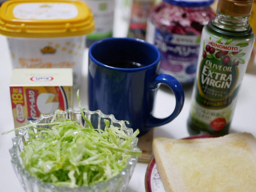 朝食でキャベツの千切りに酢とオリーブオイルと岩塩