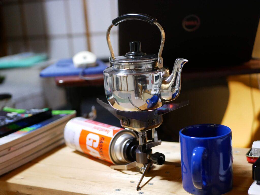 木でデスクを作って、バーナーでお湯を沸かす